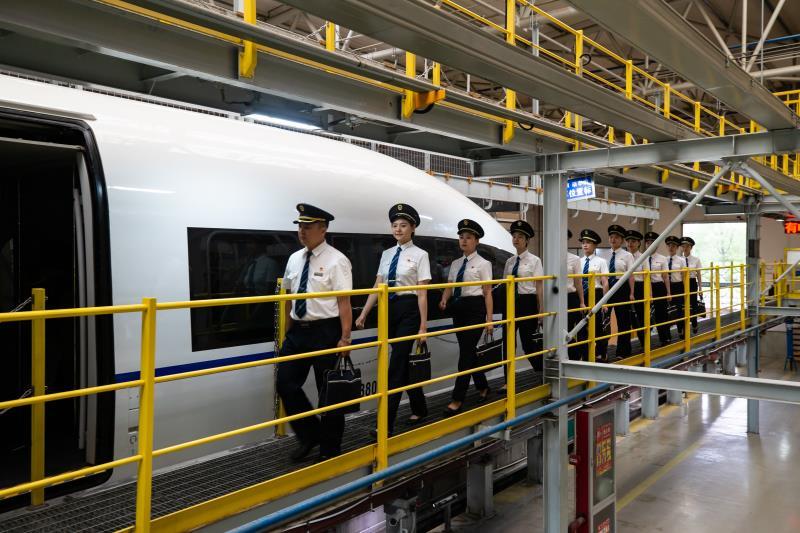 全路首批女动车组司机开展岗前培训