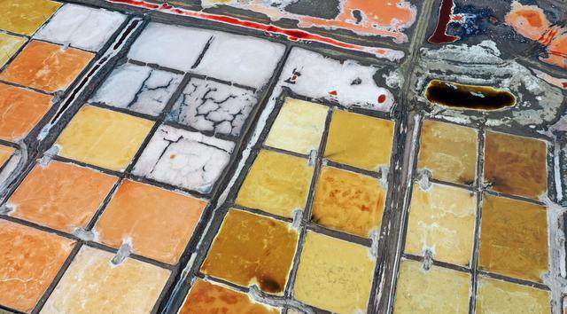 五彩斑斓的陕北盐湖群