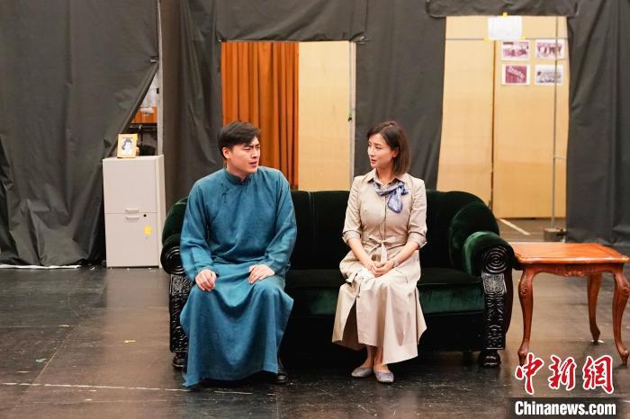 9月8日,北京人艺新版《雷雨》,饰演周萍的演员王俊淇和饰演繁漪的白荟在连排中。 史春阳 摄