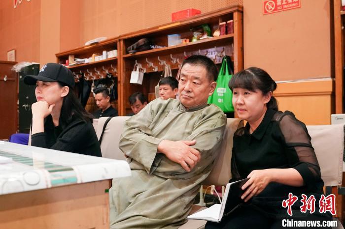 9月8日,北京人艺新版《雷雨》,导演濮存昕(中)联合导演唐烨(右)形体指导沈培艺(左)在观看连排。 史春阳 摄